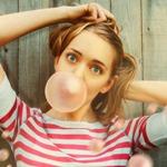 Аватар Девушка надувает пузырь из жевательной резинки