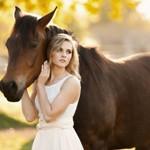 Аватар Девушка рядом с лошадью