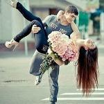 Аватар Девушку с цветами держит парень на руках