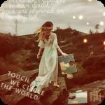 Аватар Девушка в длинном платье стоит на камне и держит в руках кусок пазла