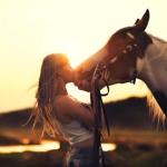 Аватар Девушка целует лошадь