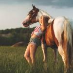 Аватар Девушка стоит у лошади, автор Luc Ouellet