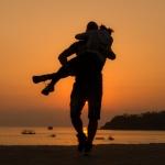 Аватар Парень несет девушку на руках по побережью, ву GГјrkan GГјndoДџdu