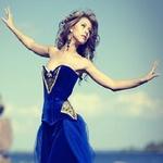 Аватар Девушка в синем платье стоит разведя руки в стороны