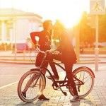 Аватар Парень, сидя на велосипеде, целует девушку