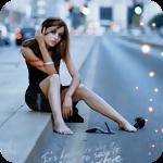 Аватар Девушка, сняв туфли на высоком каблуке сидит на бордюре городской улицы