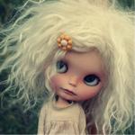 Аватар Грустная кукла с белыми волосами, челка которой заколота заколкой в виде цветка