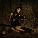 Аватар Девушка сидит на сеновале и играет на скрипке рядом с горящей лампой