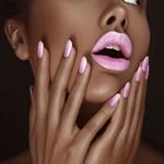 Аватар Темнокожая девушка с розовыми губами и розовым маникюром на ногтях рук приоткрыла рот