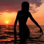 Аватар Силуэт девушки в море на фоне заката