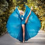 Аватар Девушка в голубом платье танцует посреди деревьев на дороге