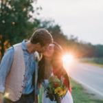 Аватар Влюбленные целуются, стоя у дороги