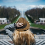Аватар Девушка в шляпе стоит на фоне дороги, ву Maxim Guselnikov