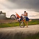 Аватар Парень на мотоцикле целует девушку, которая стоит на дороге, ву Jake Olson Studios