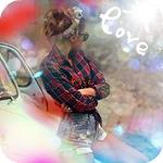 Аватар Девушка в солнцезащитных очках смотрит на надпись love (любовь)