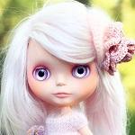 Аватар Кукольное личико с белыми волосами и вязанным цветком