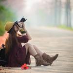 Аватар Девушка с фотоаппаратом сидит на дороге, ву Wiwi Liu