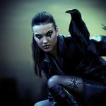 Аватар Девушка с черным вороном на плече / работа Cindy Grundsten