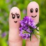 Аватар Два пальца с нарисованными мордочками и с букетиком сиреневых цветов