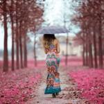 Аватар Девушка под зонтом идет по парку