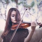 Аватар Длинноволосая девушка играет на скрипке