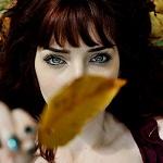 Аватар Девушка с темными волосами и голубыми глазами держит перед лицом осенний лист