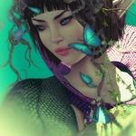 Аватар Девушка эльф с летающими вокруг голубыми бабочками