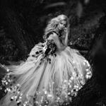 Аватар Девушка в белом платье у дерева, фотограф Anton Komar
