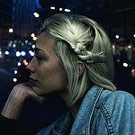 Аватар Белокурая девушка сидит на фоне ночного города
