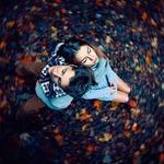 Аватар Парень и девушка сидят прислонившись спиной друг к другу и положив голову на плечо друг друга, вокруг них вихрь из осенних листьев