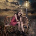 99px.ru аватар Девушка сидит на скамье рядом с горящим фонарем