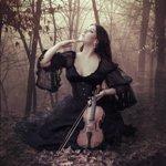 Аватар Девушка со скрипкой в руках сидит на опавших листьях в темном лесу