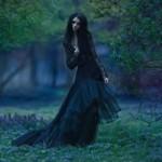 Аватар Девушка в длинном черном платье в лесу