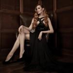 Аватар Рыжеволосая девушка в длинном вечернем платье сидит в кресле