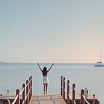 Аватар Девушка стоит на краю. причала