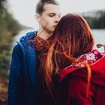 Аватар Влюбленная пара стоит на фоне природы