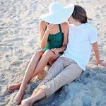 Аватар Парень и девушка в белой шляпе сидят рядом на пляже