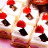 Аватар Белые пирожные, украшенные шоколадом и клубникой, лежат на тарелке