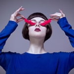 Аватар В руках девушки в голубом платье розовые кораблики, которые она держит у глаз, ву Edvina Meta