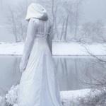 Аватар Дама в белом смотрит на ледяное озеро