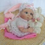 Аватар Кукольный малыш лежит в обнимку с игрушечным кроликом внутри шляпы