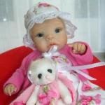 Аватар Кукольный малыш в шляпке и с плюшевым мишкой на руках