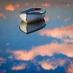Аватар Лодка на воде, в которой отражаются небо и облака