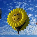 Аватар Воздушный шар в форме подсолнуха на фоне неба и облаков