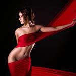 Аватар Обнаженная девушка с темными волосами с красной материей, которая обвивает ее тело