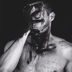 Аватар Мужчина в черной краске закрывает лицо