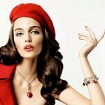 Аватар Модель Zuzanna Bijoch в красном берете и пиджаке, с украшениями на шее и руке