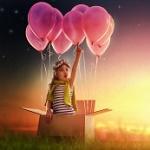 Аватар Девочка собирается лететь на воздушных шарах, стоя в коробке