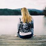 Аватар Девушка сидит к нам спиной у водоема