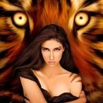 Аватар Девушка с серьезным видом, с тату на плече, стоит на фоне огромной тигриной морды с желтыми глазами